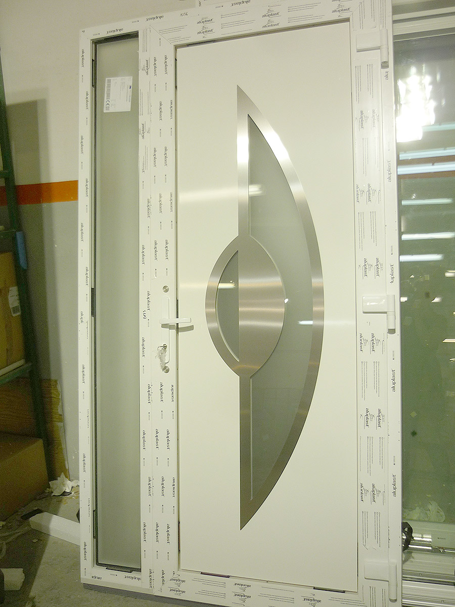 Eigangstür aus PVC mit Glas- und Aluminiumelementen