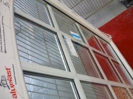 Fenster mit innenliegenden Sprossen im Glas und gleichzeitig mit aufgeklebten Sprossen von außen.