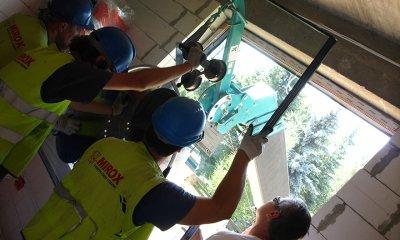 bezpieczny montaż szyb, montaż okna od zewnątrz