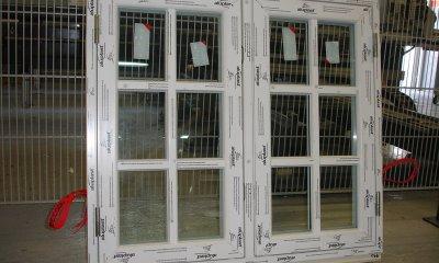 Skandinavische Fenster, die nach außen aufgehen.
